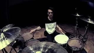 классно играет на барабанах