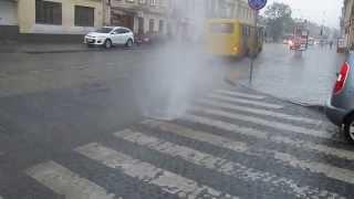 Прыгающая крышка люка во время потопа во Львове(, 2013-06-05T14:58:25.000Z)