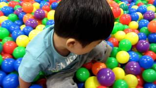 姉弟のボール遊び