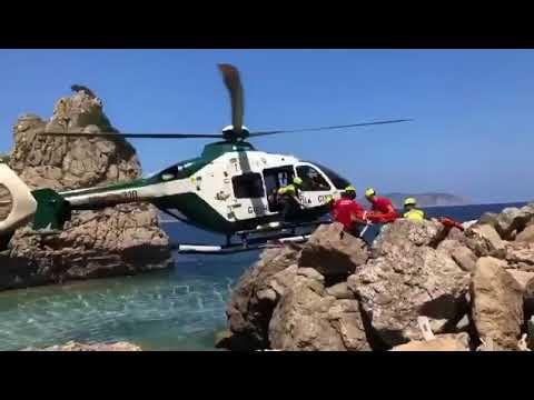 La @guardiacivil rescata a una niña herida al haber caído a las rocas desde una altura de 4 metros e