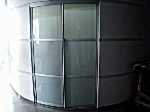 Гардеробная с радиусными раздвижными дверями