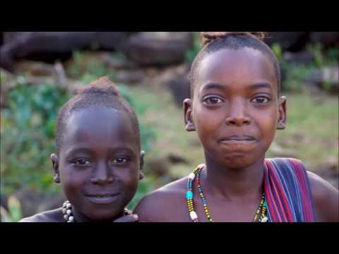 В гостях у дикого племени Хамер в Африке Девушки шокированы белым мужчиной ритуалы племени Y