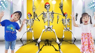TV에서 공룡 원숭이 해골이 나와 신나게 춤을 춘다고? The skeleton comes out from the TV and dances with excitement