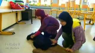 Musleme  beten in öffentlicher Schule