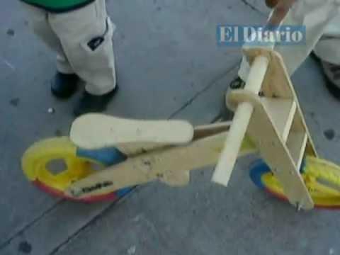 Empresario chihuahuense fabrica bicicletas y juguetes de - Jugueteros de madera ...
