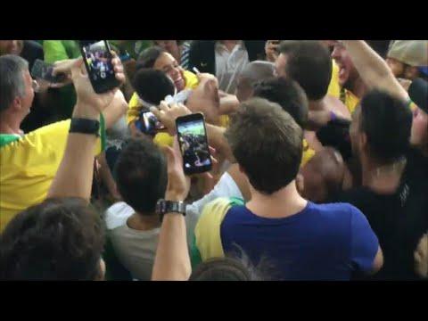 1c9aaedb55e neymar sobe arquibancada e abraça bruna marquezine ...