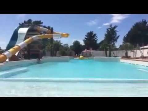 Boule à vagues dans piscine camping 5 étoiles acapulco juillet 2017 (Capital M6)
