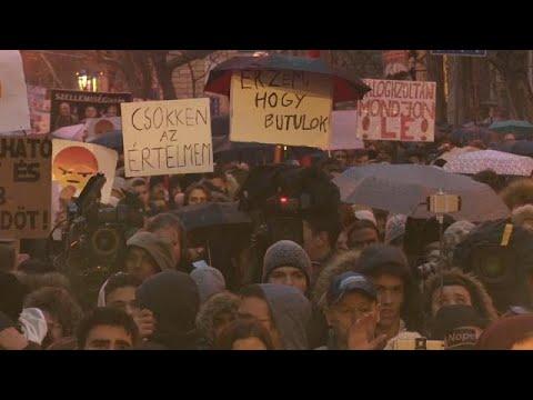 Estudantes húngaros exigem reforma do sistema de ensino