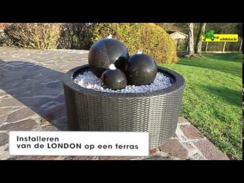 Waterornament van gestapelde stenen vogels nemen een bad for Waterpartij maken