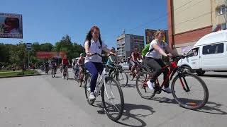 """Велосипедисты """"ВелоБердска - 2018"""" приветствуют зрителей"""