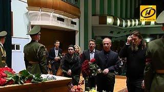 Сотни людей пришли проститься с Александром Тихановичем