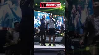 Jonathan Orozco se echó un palomazo con la Arrolladora Banda El Limón