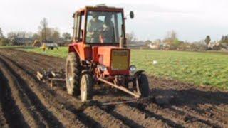 Трактор загортає гребінки під картоплю
