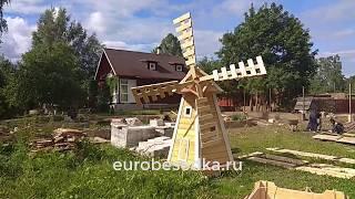 Деревянная мельница с вращающимися лопастями