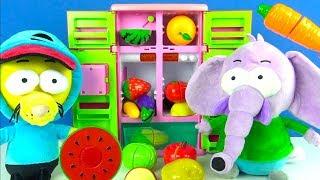 Kral Şakir çizgi film peluşu ve Fil Necati oyuncak buzdolabından kesilebilir meyve ve sebze yiyor
