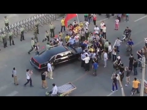 Chinese protesters surround U.S. ambassador car