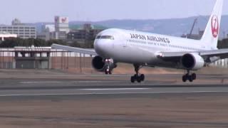JAL B767 メインギア接地させるもゴーアラウンド!@伊丹空港 thumbnail