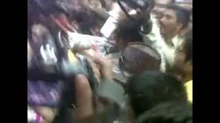 Repeat youtube video Amisha Patel mobbed.... slaps the groper !
