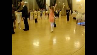 Илья на свадьбе в первый раз и он танцует не стесняясь никого больше всех