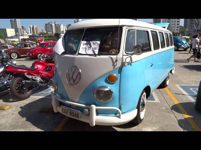 58)Volkswagen Kombi Azul e Branco antiga decada de 50 e 60