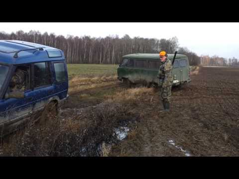 UAZ 452 vs LAND ROVER DISCOVERY in mud on field