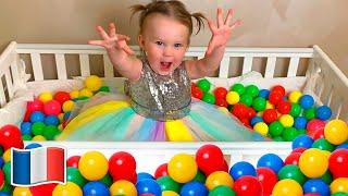 Cinq Enfants jouent avec des boules de couleurs de jouets