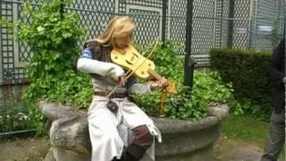 Marina Lys vièle à archet au parc de l'abbaye