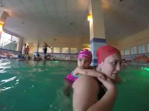 Mamá sirena llevando a bebe sirena...!!!