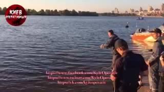 �������� ���� Оболонская набережная, водолазы достают с дна труп молодого парня. Видео 21+ ������