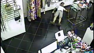Câmera flagra jovem sendo baleado ao reagir a assalto no interior de SP