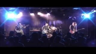 仙台のポップロックバンド、バイバイ・リバティーです!途中で青いギタ...