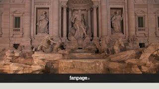 Attentato a Parigi, la Fontana di Trevi si spegne in segno di lutto