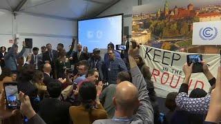 شاهد: أمريكيون يقتحمون اجتماعاً بمؤتمر المناخ اعتراضاً على سياسات ترامب…
