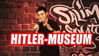 Salim Samatou im Hitler-Museum