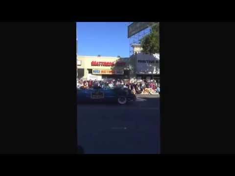 "Ki-Jana Carter & Dick Vermeil Acknowledge ""409"" Chant for Joe Paterno at Rose Parade"