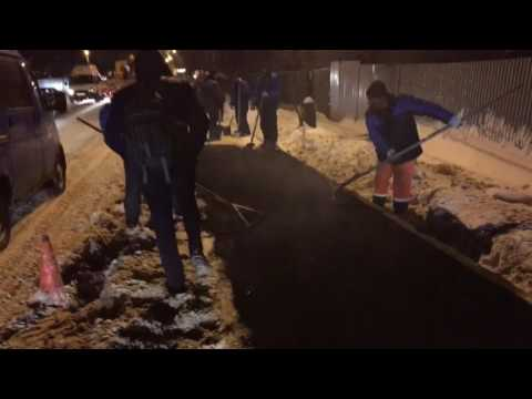 В Москве горячий асфальт кладут прямо в сугробы