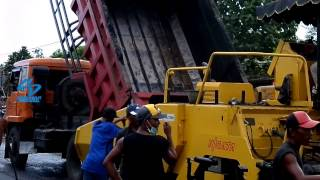 DUMPTRUCK MITSUBISHI Loading Asphalt to NIIGATA ASPHALT FINISHER