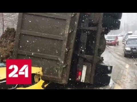 Опрокинувшийся самосвал с песком раздавил такси на юго-западе Москвы - Россия 24