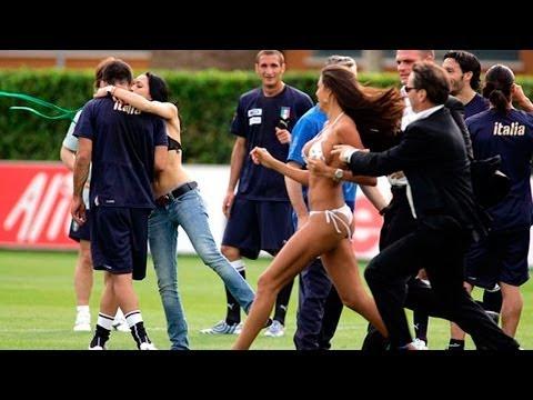 Streapers en la concentración de la selección italiana