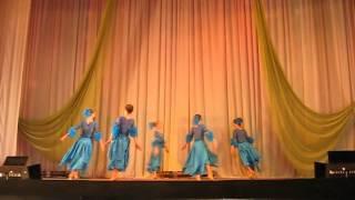 Красивый медленный танец детей среднего школьного возраста
