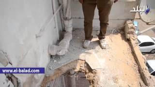 بالفيديو والصور.. كتلة خرسانية تطير أعلى مبنى 'الأمن الوطني' وتدمر شرفات منزل خلفه