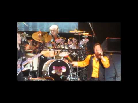 """Yes live in L.A. - """"Owner of a Lonely Heart"""" with guest appearance by Trevor Rabin"""