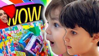 Kai e Clara Praticam Bons Hábitos e Ganham Brinquedos de Caixa de Presente Humana