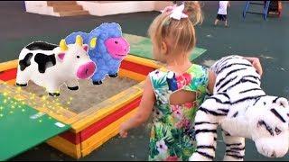 Алиса гуляет на КЛАССНОЙ детской площадке !