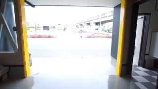 希少なガレージハウスの動画です。 黄色のシャッターと内部に水道もある...