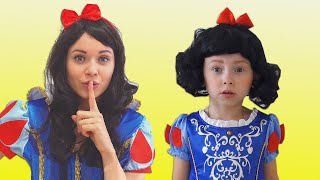 Alice y mamá finge juegan PRINCESAS y terminan en un Sueño mágico