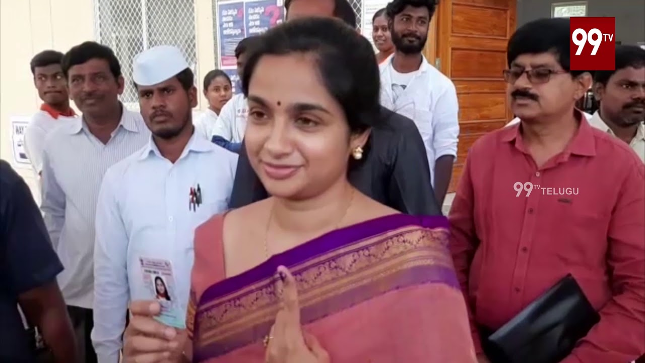 Wanaparthy Collector Sweta Mohanty Cast Her Vote | #TSElection2018 | 99TV