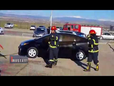 რუსთავის ავტობაზრობაზე მანქანას ცეცხლი გაუჩნდა