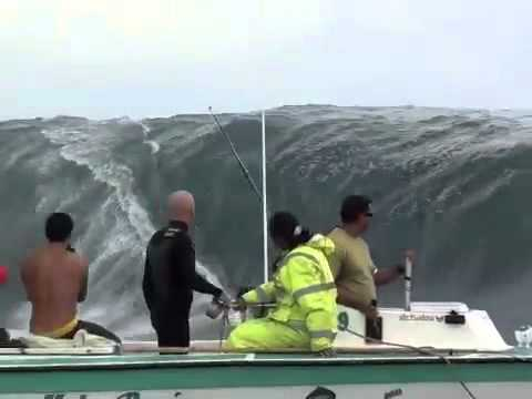 Surf Estremo A Tahiti Onde Alte Trenta Metri Youtube
