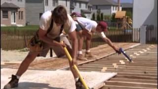 видео Отделка потолка в деревянном доме: необрезная и половая доска, вагонка и планкен